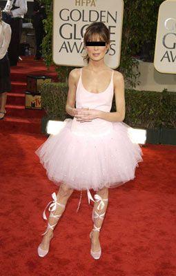 Lara Flynn Boyle, 2003 Golden Globe Awards  İlkokul müsameresinde giymek isteyip de giyemediğiniz bir kıyafeti aklınızdan bile geçirmeyin. 7 yaşındaki gibi sevimli olmayacağınız kesin!